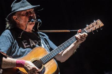 """Neil Young, il video di """"Shut It Down"""" racconta come il mondo sta cambiando"""