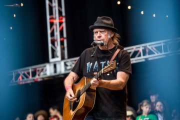 """Guarda Neil Young suonare per la prima volta """"Through My Sails"""""""