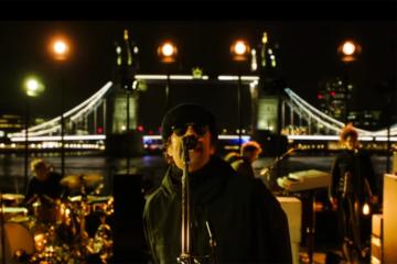 Liam Gallagher si è esibito su una barca in mezzo al Tamigi, guarda il video