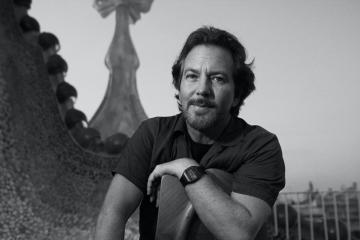 """Eddie Vedder è una fonte inesauribile di sorprese, e """"Long Way"""" è l'ultima"""