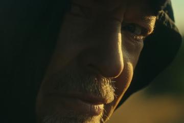 """Nel video di """"Siamo qui"""" Vasco Rossi ha un alter ego femminile"""
